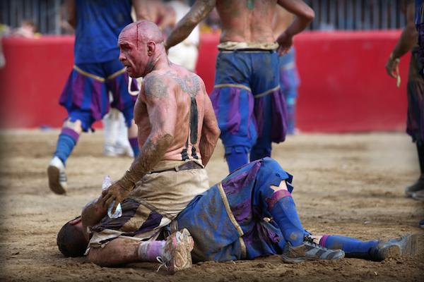calcio-storico-might-be-the-most-brutal-sport-on-the-planet-31-photos-video-1