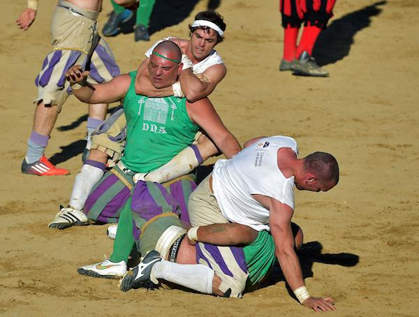 calcio-storico-might-be-the-most-brutal-sport-on-the-planet-31-photos-video-19