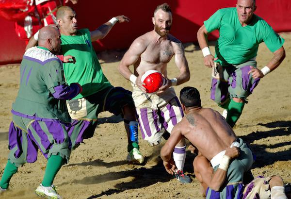 calcio-storico-might-be-the-most-brutal-sport-on-the-planet-31-photos-video-20